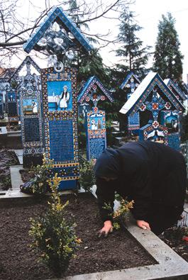 O bătrână are grijă de mormântul fostului ei soț